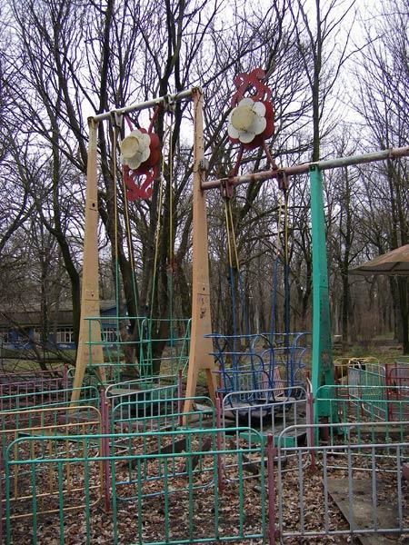 Остатки разных качелей Краснодар, весна 2007