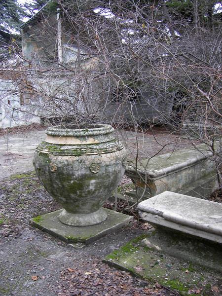 Вазоны и лавочки, так похожие на надгробия... Ливадия, Крым, зима 2008