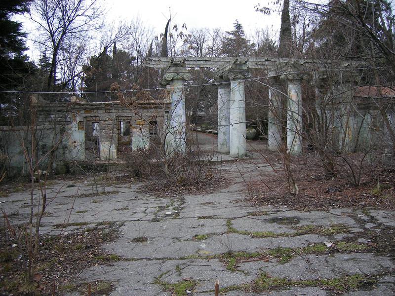 Асфальт, расчерченный замшелыми трещинами... Ливадия, Крым, зима 2008
