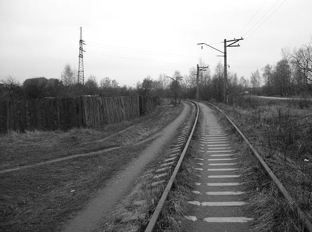 Рельсы, на первый взгляд, и не такие уж брошенные, покидают Нахабино. Окрестности Нахабина, осень 2006